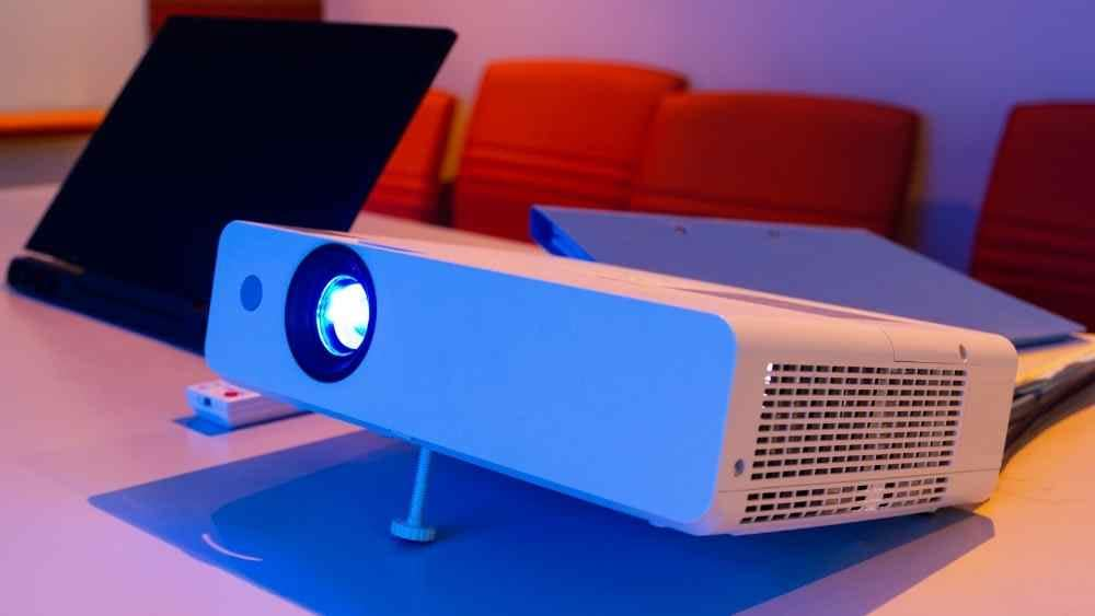 projector connected to laptop